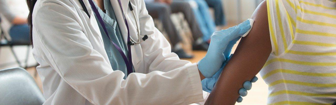 志愿者诊所的医生为患者消毒手臂