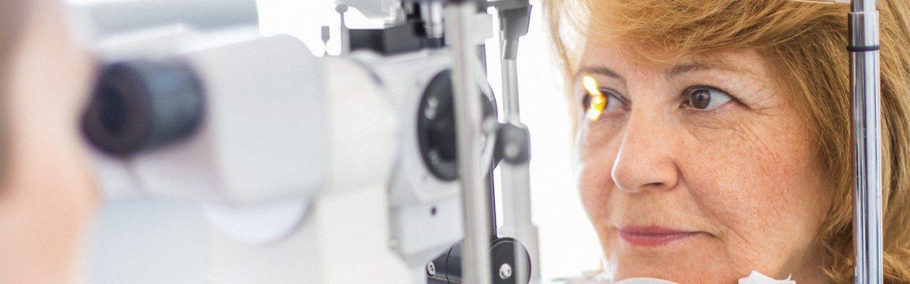 女性接受眼科检查